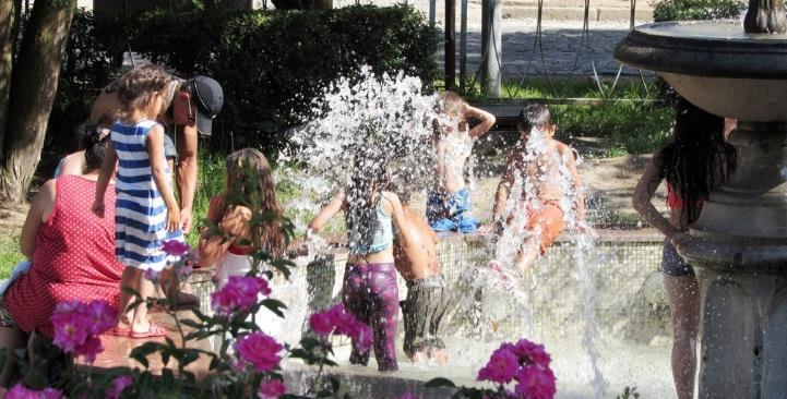 Спека змусила мукачівців купатись у міському фонтані