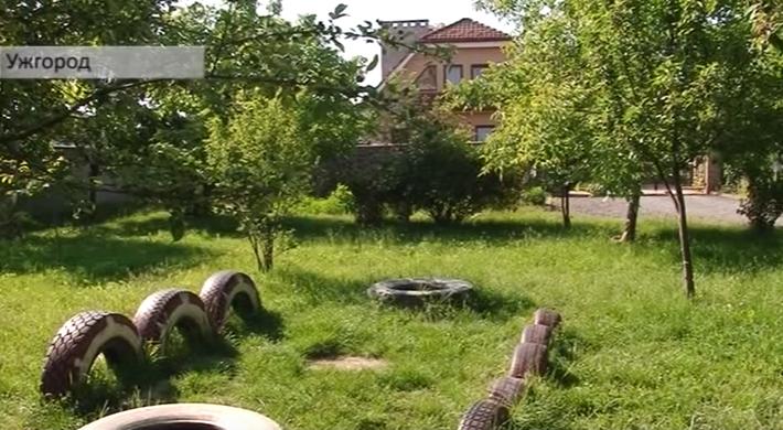 В Ужгороді розгорівся скандал через будівництво гаража на ігровому майданчику