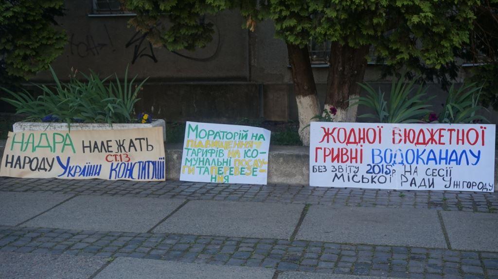 """Сесія Ужгородської міської ради розпочалась із """"антитарифного"""" мітингу"""