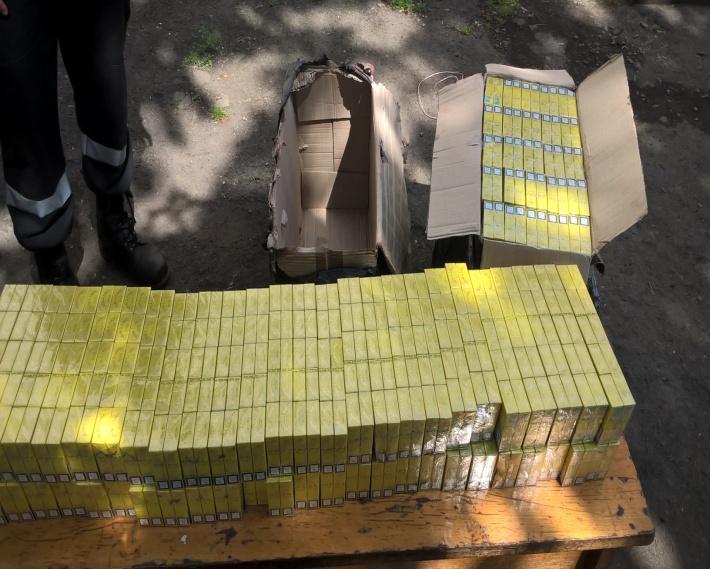 Чергову партію контрабандних цигарок намагались переправити за кордон під вантажем аглоруди