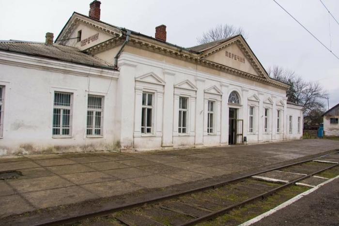 У стелі залізничного вокзалу Перечина ніяк не залатають велику дірку