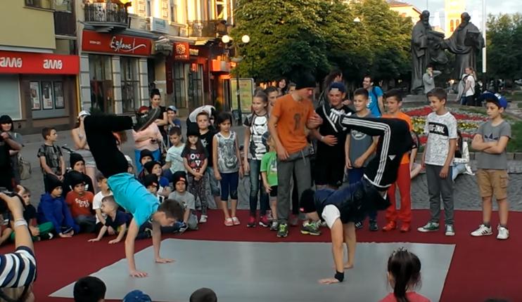 Юні брейкдансери влаштували у центрі Мукачева неймовірне шоу