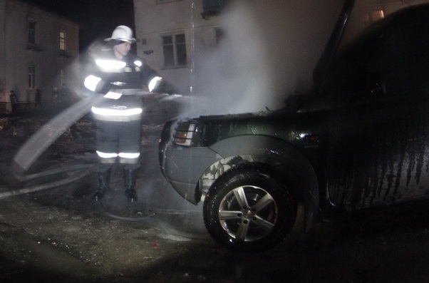 """Вночі згорів елітний """"Лендровер"""" 26-річного жителя Виноградівщини"""