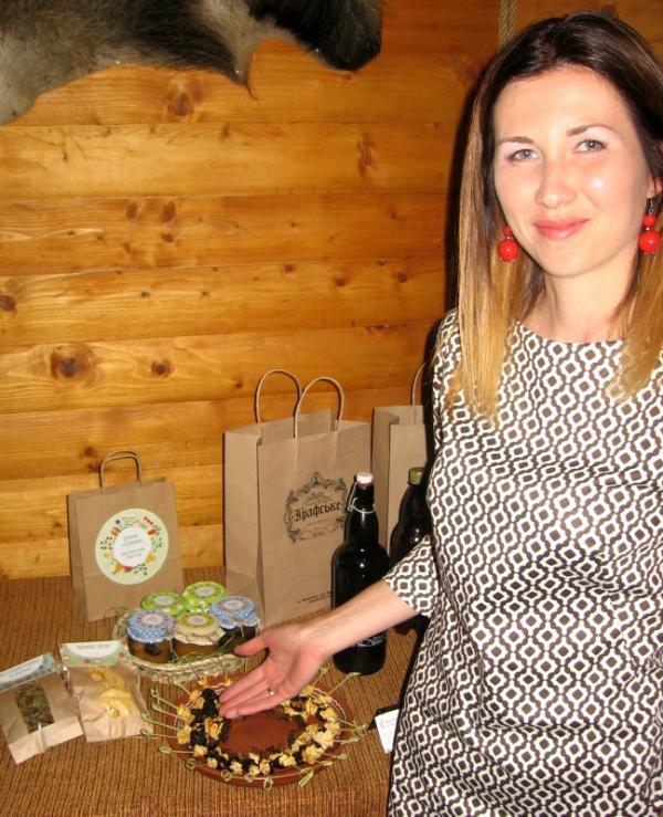Закарпатка вдома зайнялась хенд-мейдом: робить дуже смачні яблучні чіпси та медові смаколики