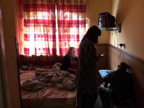 В одному із готелів Ужгорода поліція затримала повію та звідницю, яка продала її для сексуальних утіх