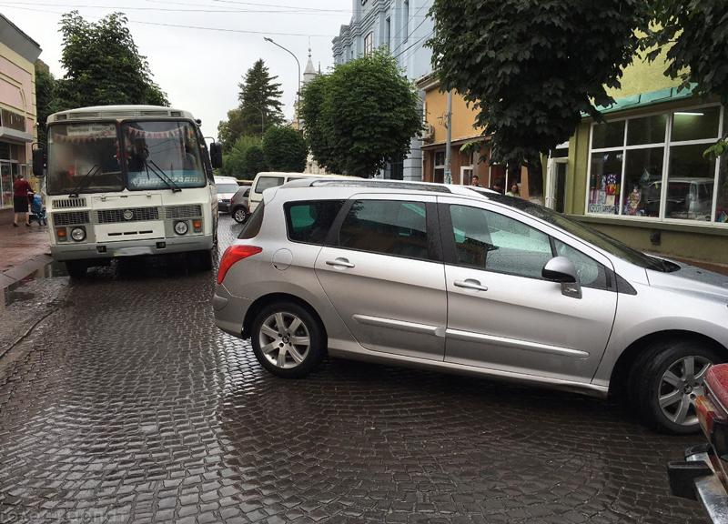 Невдале паркування спричинило затор на центральній вулиці Виноградова