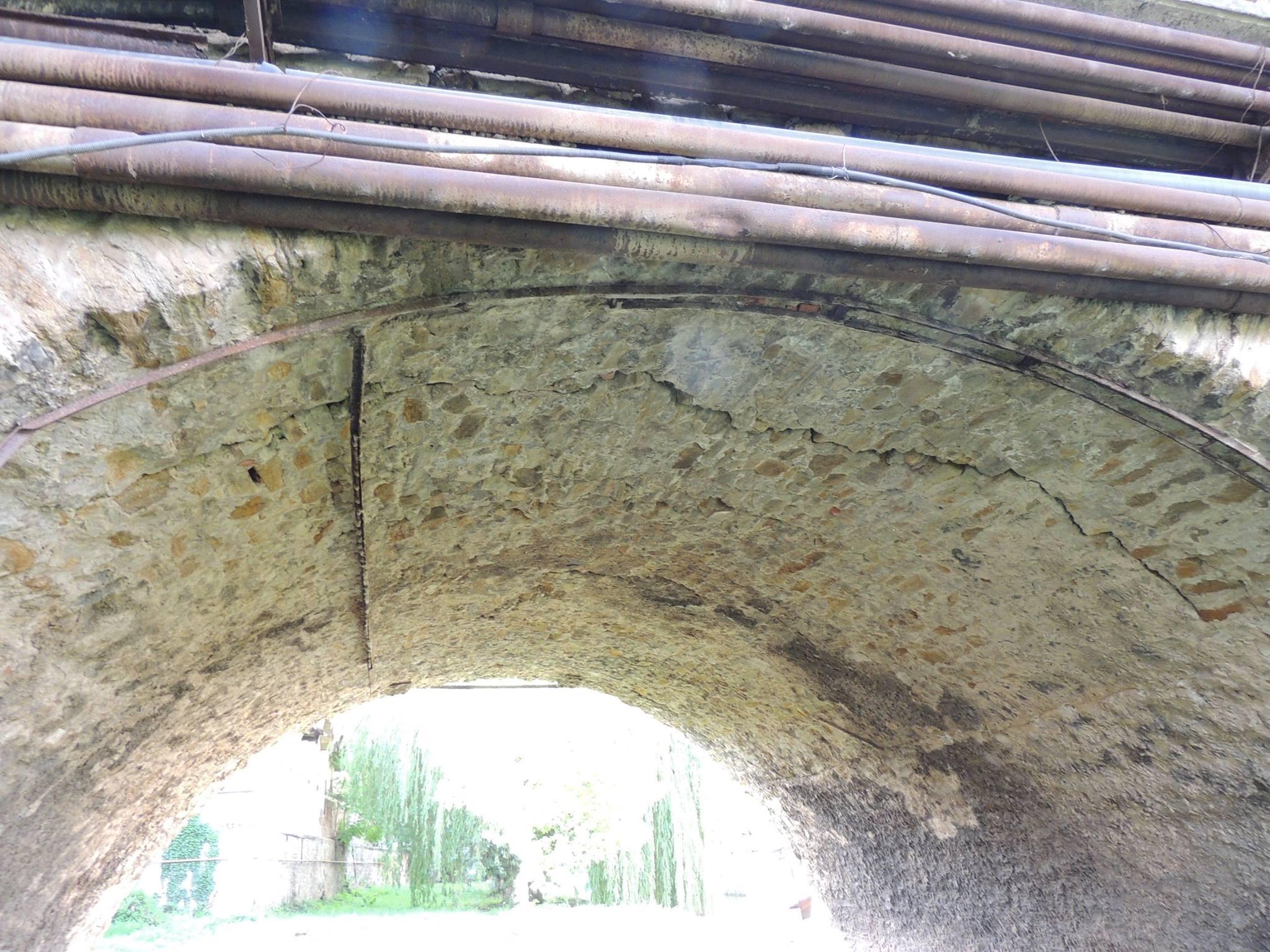 Керівництво Берегова занепокоєне тріщинами міського арочного мосту