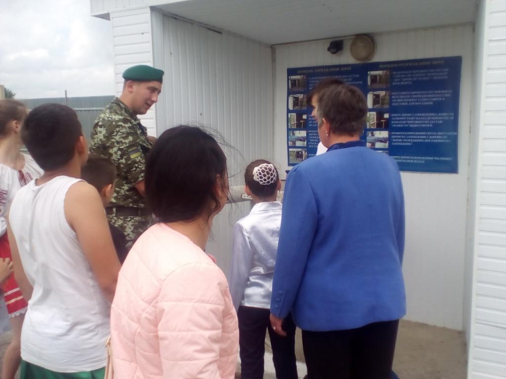 Школярі з села Концово під час гостювання у прикордонників змогли покатитатись на квадроциклах