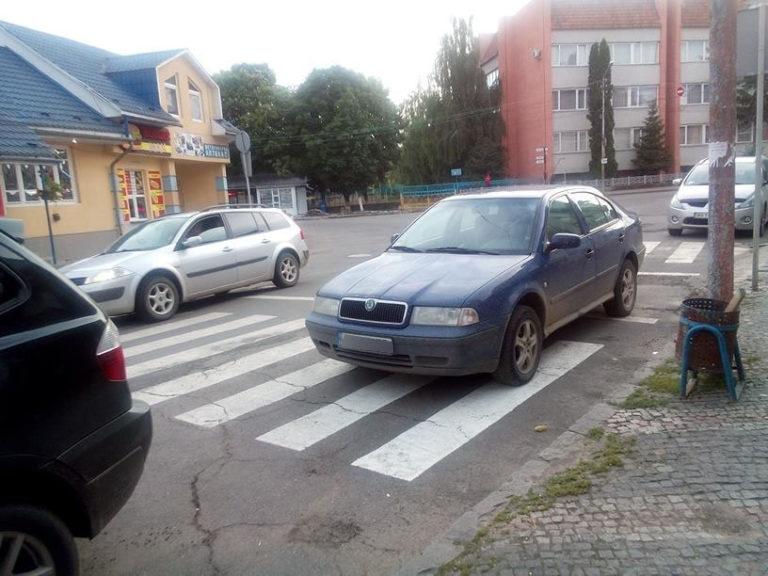 """Черговий """"олень"""" припаркував у Хусті свою автівку на пішохідному переході"""