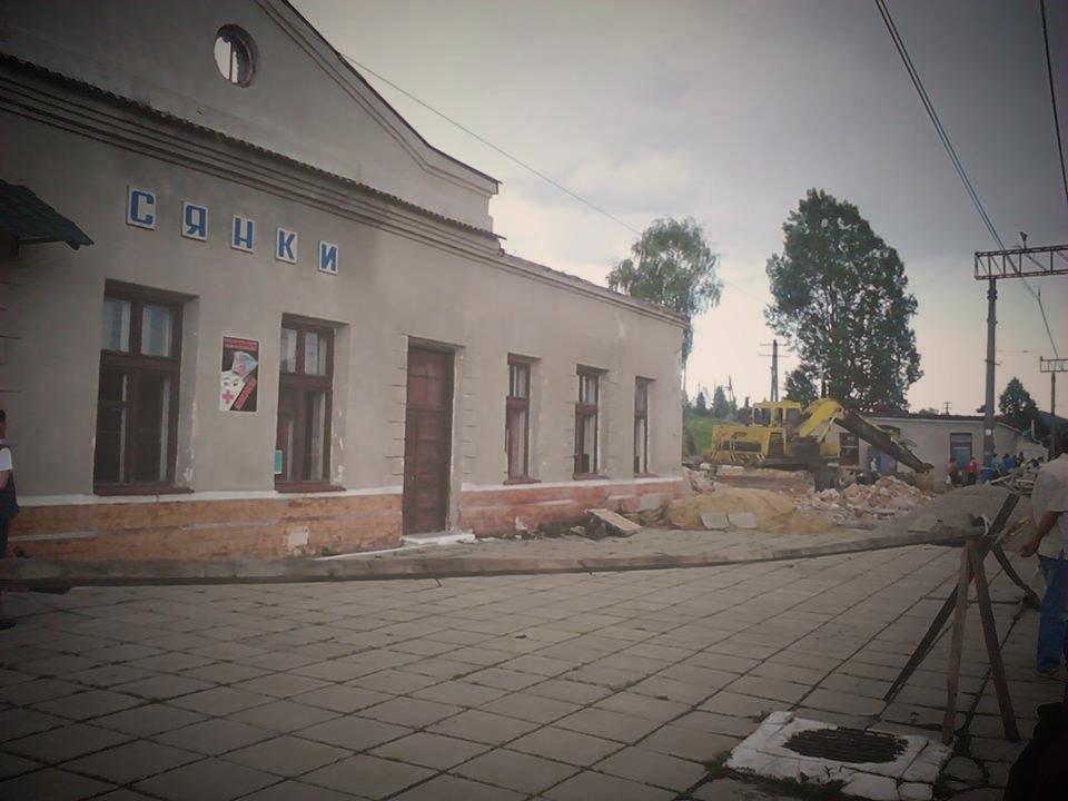"Відправлення електрички ""Сянки-Мукачево"" перенесли на три години: люди залишились просто неба"
