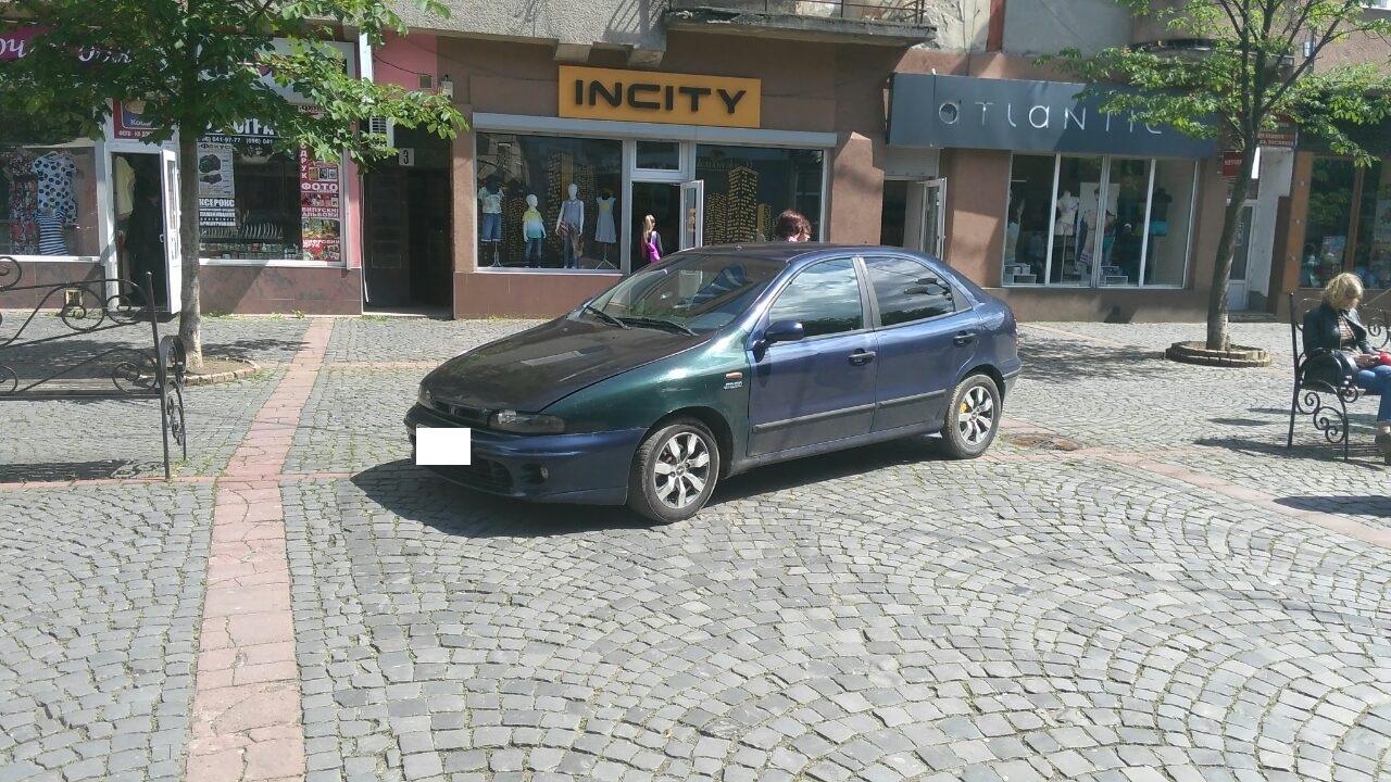 """На """"оленя"""", що припаркувався посеред площі Духновича у Мукачеві, склали протокол"""