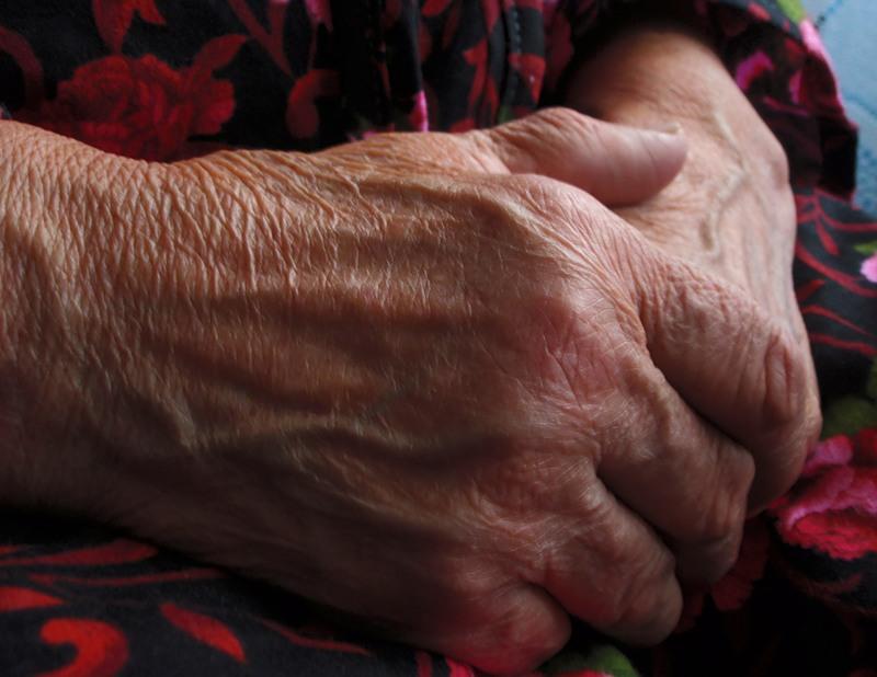 У Мукачеві завдяки крикам по допомогу старенька жінка врятувала своє життя