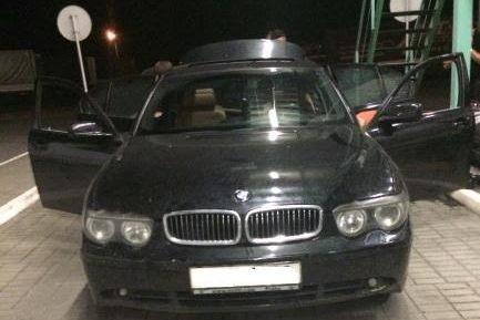 """Митники конфіскували дорожезний """"BMW"""" за контрабанду 134 пачок сигарет"""