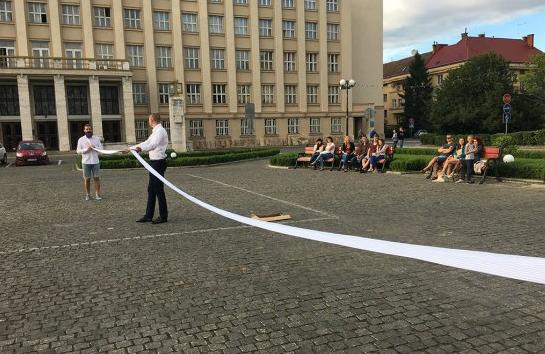 Під час Параду наречених в Ужгороді одягли найдовшу 32-метрову краватку