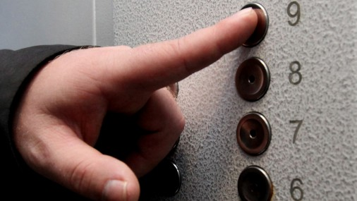 Ужгородка заявила в поліцію на чоловіка, який зґвалтував її у ліфті