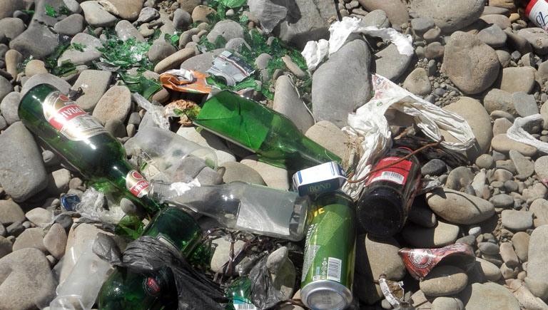 Жах! Бите скло та купи іншого сміття  заполонило береги Ріки та Тиси в Хусті