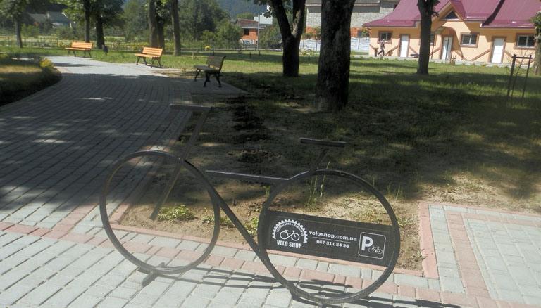 У Хусті встановлюють нові велопарковки