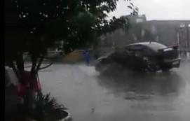 Під час зливи в Ужгороді водій чорної іномарки пронісся по пішохідному мосту