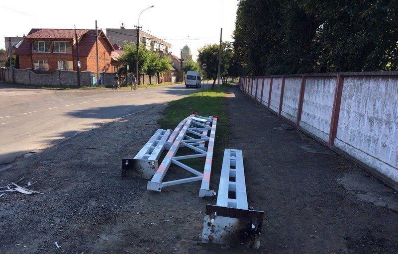 Міська влада Мукачева прокоментувала руйнування обмежувача великогабаритного транспорту