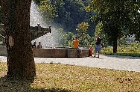 """У Хусті побільшало людей, які """"пірнають"""" у фонтани"""