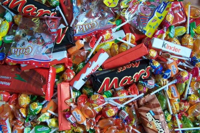 На Закарпатті правоохоронці затримали трьох осіб, які вкрали з магазину цукерки та жувальні гумки