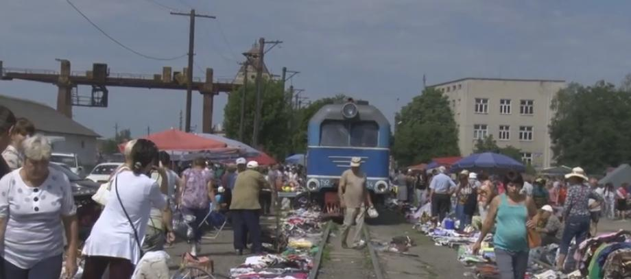 На Виноградівщині функціонує незвичайний ринок на залізничних коліях