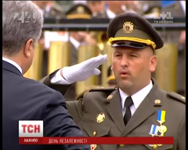 Героїчний закарпатець отримав у Києві із рук президента бойовий прапор
