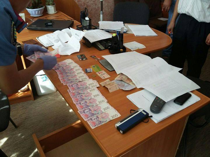 На Закарпатті затримали чиновника, який отримав хабар за не звільнення своєї підлеглої з посади