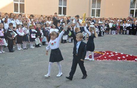 У Мукачеві 1054 школярів вперше сядуть за парти