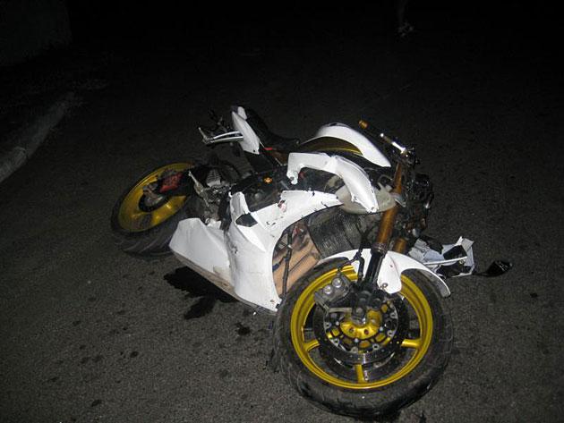 17-річний хлопчина спричинив ДТП, їхавши на мотоциклі вночі без світла: двоє людей у лікарні