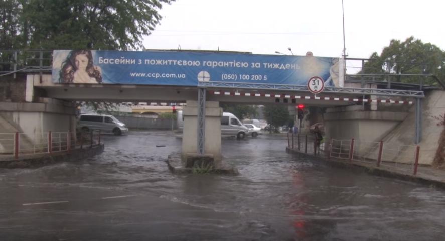 Злива вчергове підтопила в Ужгороді переїзд під мостом на Гагаріна
