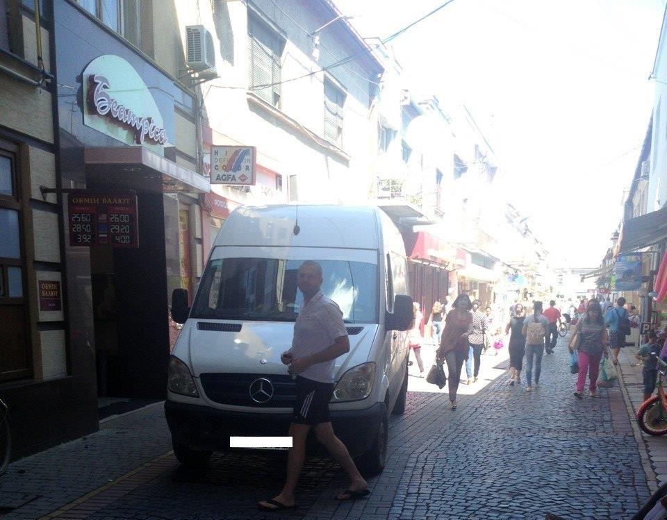Муніципальні поліцейські Мукачева оштрафували «Мерседес», який заїхав на пішохідну зону