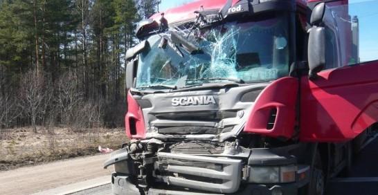 На Воловеччині у ДТП потрапила вантажівка. Водія із розтрощеної кабіни вивільняли спецзасобами