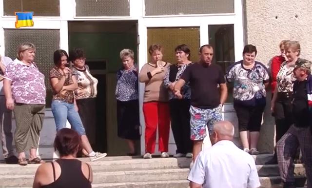 В одному із сіл Воловеччини обурені люди влаштували акцію протесту