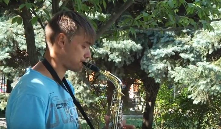 Мандрівний музикант влаштував захоплюючий імпровізований концерт. Перехожі в захваті