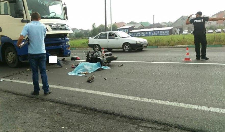 """""""Жінка виїхала на зустрічну смугу та влетіла під колеса вантажівки"""", – поліція про смертельне ДТП біля Ужгорода"""