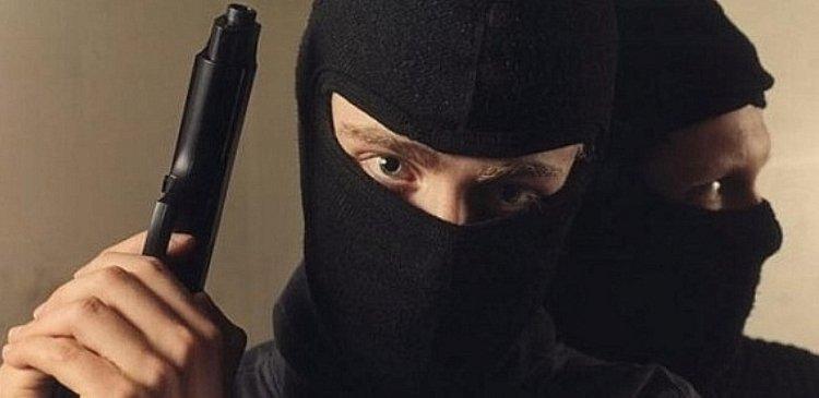 Троє в масках увірвались у будинок жінки-підприємця, зв'язали її скотчем та пограбували помешкання