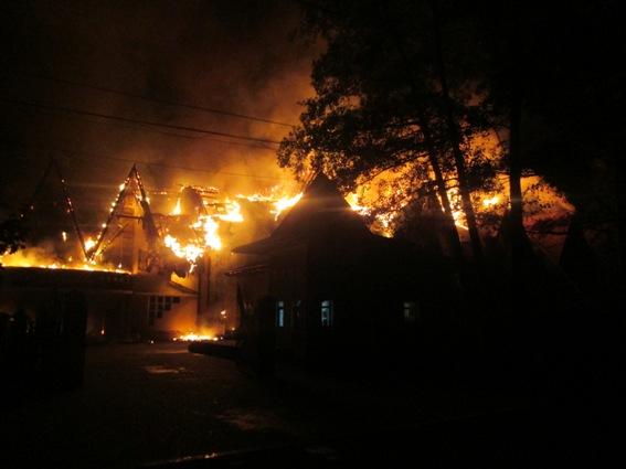"""Поліція назвала попередню причину загорання готельно-ресторанного комплексу """"Belle Royalle"""""""