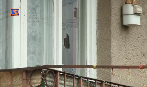 Небезпечні ігри: на вулиці Мєндєлєєва у Мукачеві підлітки кидають каміння у вікна