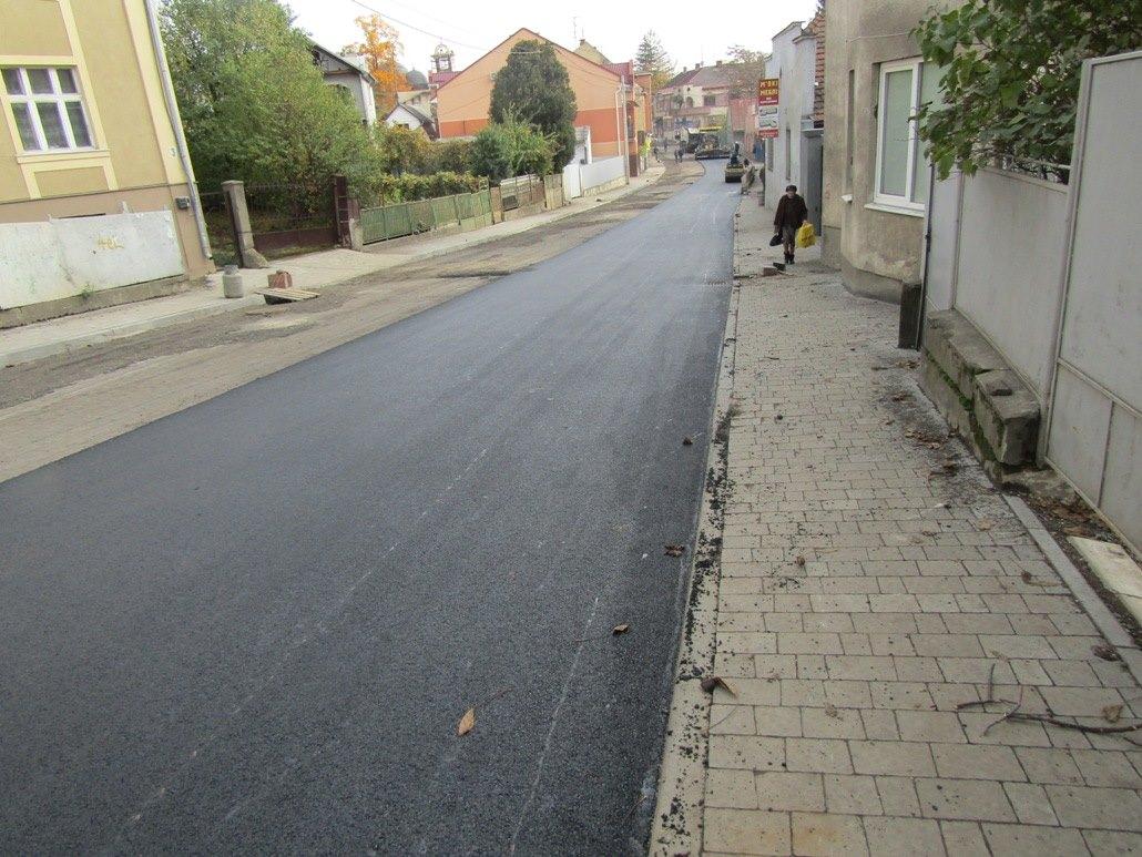 На вулиці Радищева та проспекті Свободи в Ужгороді комунальники відновлюють дорожнє покриття