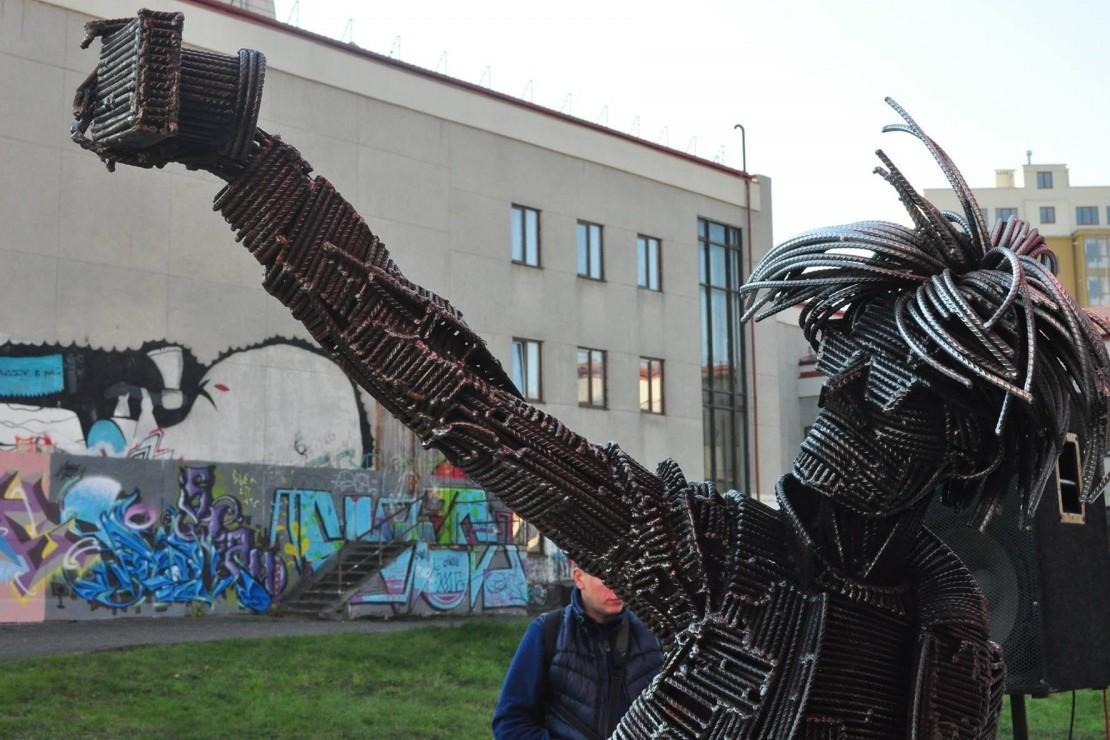 В Ужгороді відкрили незвичну скульптуру, яка вміє робити селфі