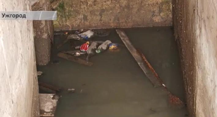 Підвал багатоповерхівки на Собранецькій в Ужгороді повністю заливають каналізаційні стоки