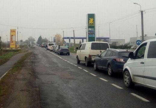 """На КПП """"Лужанка"""" велика кілометрова черга: вишикувались автомобілі"""