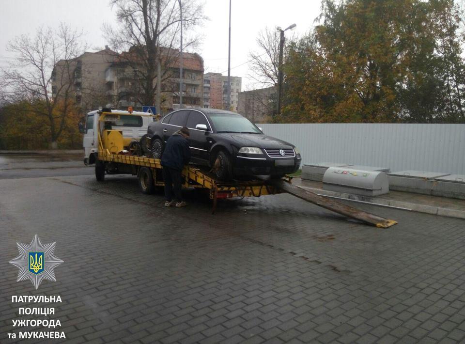 Через обмеження під'їзду до резервуару АЗС патрульні Ужгорода евакуювали автомобіль