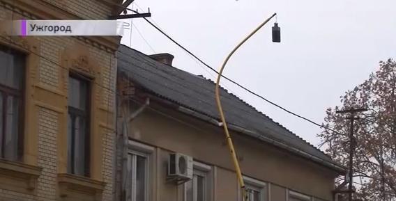 На вулиці Собранецькій в Ужгороді ліхтар впав на будинок