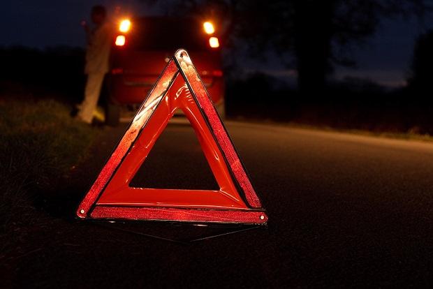 """На Закарпатті автомобіль """"Volkswagen"""" зіткнувся з кільцевим перехрестям: пасажирка отримала травми"""