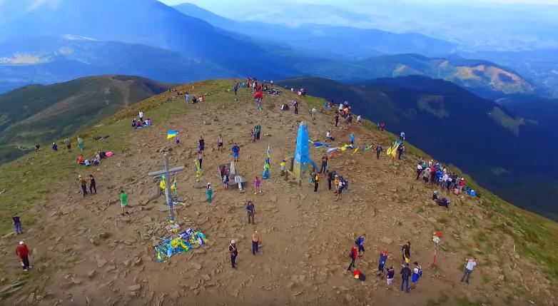Найвищу гору України зняли із безпілотника