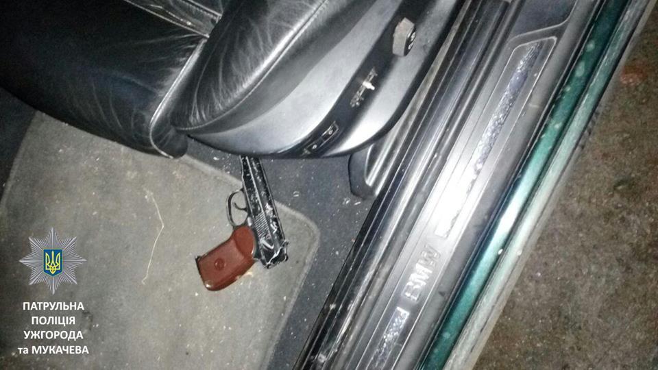 """В Ужгороді в автомобілі """"BMW"""" патрульні виявили зброю"""