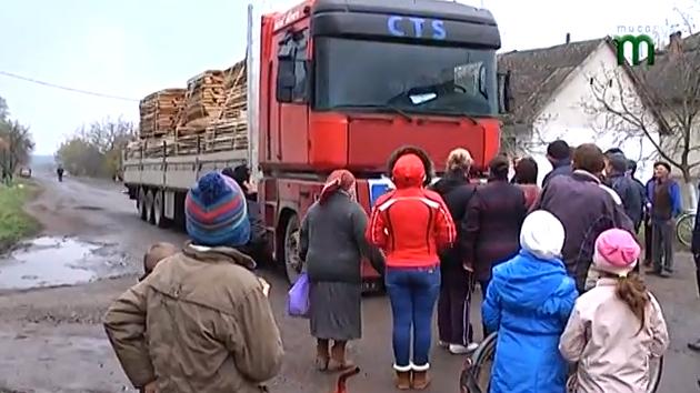 У Берегівському районі люди на знак протесту перекрили рух вантажівкам