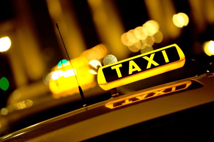 У Мукачеві вночі двоє молодиків побили таксиста